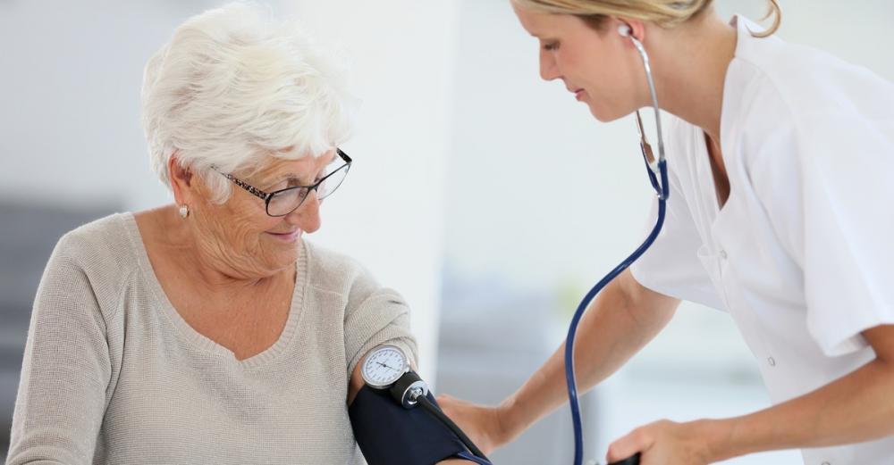 Почему падает нижнее давление у пожилого человека